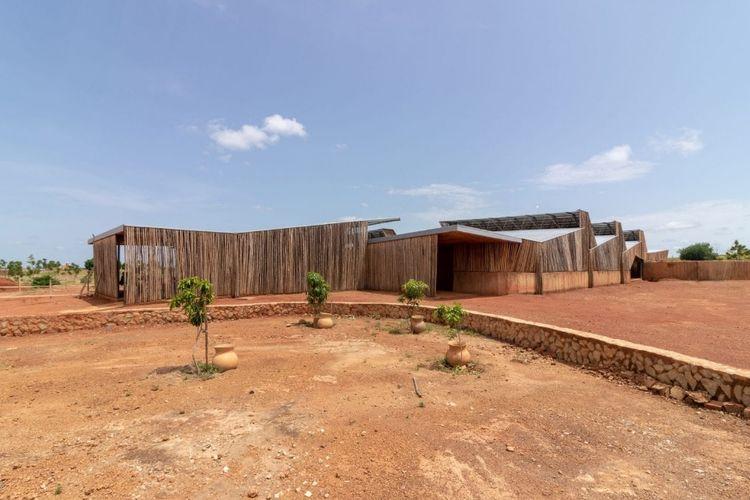 Visual gedung Institut Teknologi Burkina di Burkina Faso, yang terbuat dari material tanah liat dan kayu eucalyptus. Dirancang oleh arsitek setempat, Diebedo Francis Kere.
