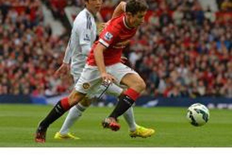 Gelandang Manchester United dari Spanyol, Ander Herrera, berebut bola dengan pemain Swansea City asal Korea Selatan, Ki Sung-Yueng (kiri), dalam laga perdana Premier League di Old Trafford, Manchester, Sabtu (16/8/2014).