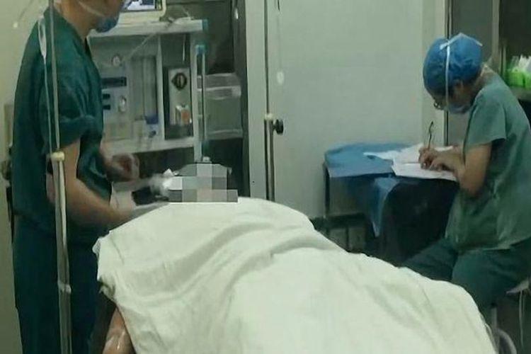 Li ketika bersiap menjalani operasi untuk menyambungkan penisnya yang dipotong oleh si istri karena takut jika dia berselingkuh.