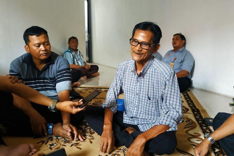 Dody Hidayat (42) (kiri) dan Solihin (65) (kanan), dua dari 311 pegawai Pos Indonesia UPT Bekasi yang mengaku dana simpanannya di koperasi pegawai digelapkan sejak 2014.