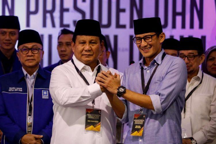 Calon presiden dan wakil presiden Prabowo Subianto dan Sandiaga Uno berfoto bersama seusai mendaftarkan dirinya di Gedung KPU RI, Jakarta, Jumat (10/8/2018). Pasangan Prabowo-Sandi yang secara resmi mendaftar sebagai calon presiden dan wakil presiden tahun 2019-2024.