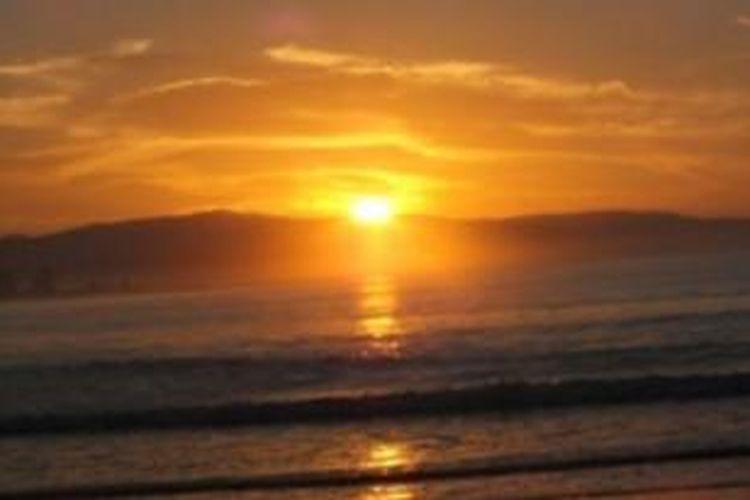 Matahari terbenam (sunset) di Pantai Sirombu, Kabupaten Nias Barat, Sumatera Utara.