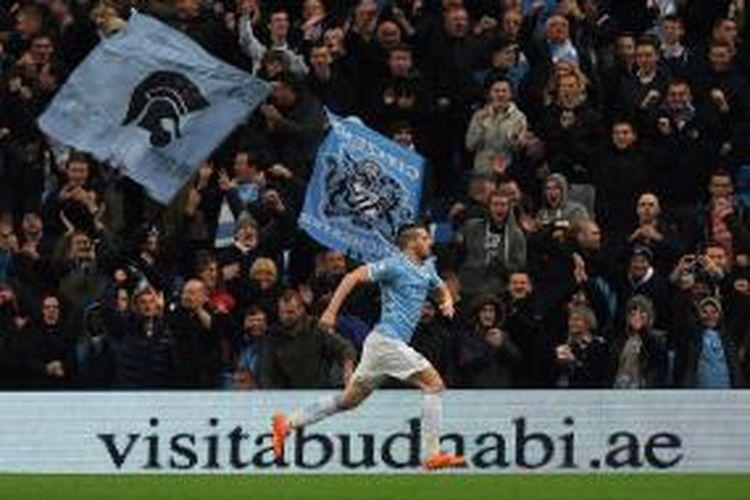 Bomber Manchester City, Alvaro Negredo, menciptakan hat-trick dalam pertandingan leg pertama semifinal Piala Liga Inggris melawan West Ham United, Rabu atau Kamis (9/1/2014) dini hari WIB.
