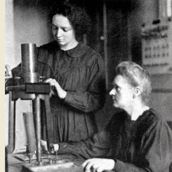 Marie Curie (kanan) dan putinya Irene (kiri) pada 1925. (Oxford Science Archive/Heritage-Images via Britannica)
