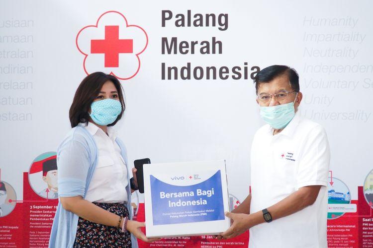 (kiri-kanan): Tyas Rarasmurti, Senior PR Manager Vivo Indonesia dan Sudirman Said, Sekretaris Jenderal PMI saat penyaluran bantuan Bersama Bagi indonesia di kantor PMI.