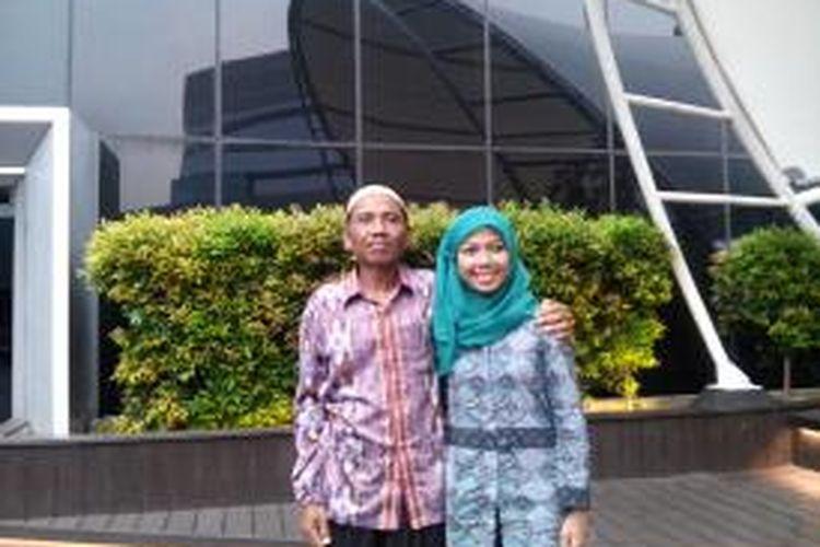 Raeni (31) wisudawan terbaik Unnes bersama ayahnya Mugiyono (51).