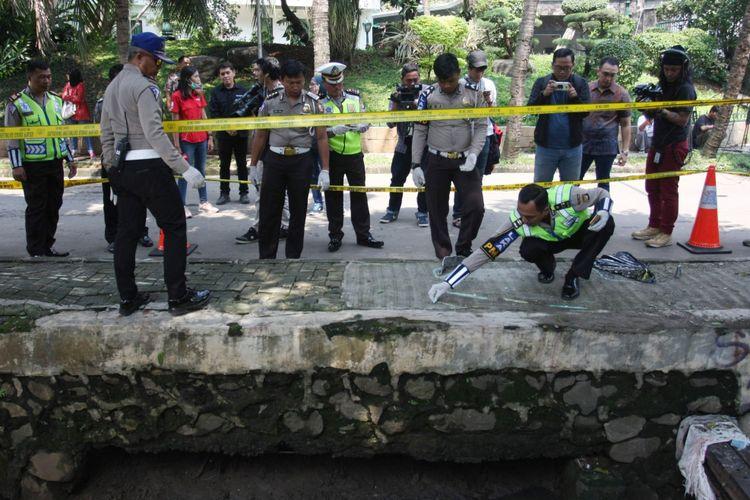 Sejumlah Polisi Lalu lintas Polda Metro Jaya melakukan olah Tempat Kejadian Perkara (TKP) kecelakaan mobil yang ditumpangi Ketua DPR Setia Novanto, di Kawasan Jalan Permata Hijau, Jakarta, Jumat (17/11/2017). Mobil yang ditumpangi Setya Novanto menabrak tiang listrik pada Kamis (16/11/2017).