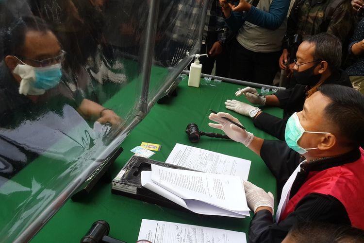 Hakim saat mengadili RT, warga yang melanggar protokol kesehatan Covid-19 di Balai Kota Malang, Rabu (16/9/2020).