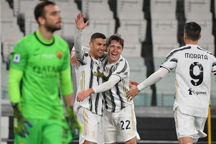 Penyerang Juventus asal Portugal Cristiano Ronaldo (tengah) merayakan dengan penyerang Italia Juventus Federico Chiesa (C-R) setelah membuka skor pada pertandingan sepak bola Serie A Italia Juventus vs AS Roma pada 6 Februari 2021 di stadion Juventus di Turin.
