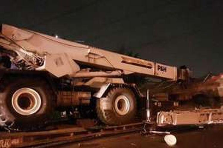 Truk trailer pembawa crane tabrak jembatan penyeberangan