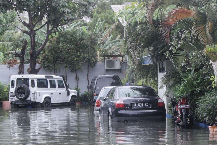 Sejumlah mobil terendam banjir akibat hujan yang mengguyur di wilayah Cempaka Baru, Kemayoran, Jakarta Pusat, Jumat (24/1/2020). Badan Meteorologi, Klimatologi, dan Geofisika (BMKG) memperkirakan dalam periode sepekan kedepan, hujan disertai petir terjadi di sejumlah wilayah Indonesia.