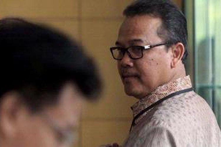 Gubernur Riau Rusli Zainal memenuhi panggilan Komisi Pemberantasan Korupsi (KPK), Jakarta, Jumat (31/5/2013). Rusli Zainal diperiksa sebagai tersangka dalam dua kasus yaitu kasus tindak pidana korupsi sarana dan prasarana Pekan Olah Raga Nasional serta terkait alih fungsi hutan di Pelelawan, Riau. Rusli Zainal ditetapkan sebagai tersangka untuk kasus korupsi kehutanan oleh KPK sejak 8 Februari 2013.