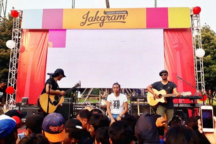 Grup band Slank menghibur para Slankers dengan 4 lagu andalan mereka dalam acara Jakarta Beragam (JakGram) yang diadakan di Plaza Selatan Gelora Bung Karno, Sabtu (15/4/2017).