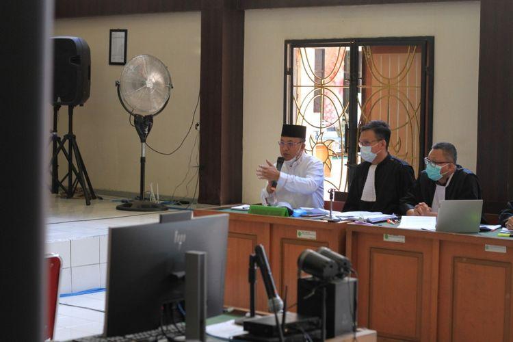 Bupati Muara Enim nonaktif Juarsah saat menjalani sidang di Pengadilan Negeri Palembang, Kamis (16/9/2021).