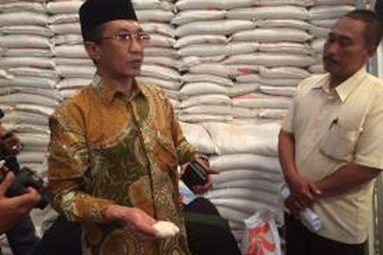 Anggota Komisi VI DPR RI, Kholilurrahman, menunjukkan beras Bulog yang jadi tepung karena diserang hama di gudang Bulog sebanyak 153 ton.