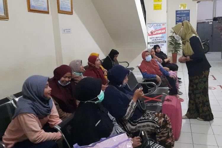 Badan Perlindungan Pekerja Migran Indonesia (BP2MI) menyelamatkan 11 wanita calon pekerja migran ilegal dari tempat penampungan di Cikupa, Tangerang, Banten, Kamis (25/2/2021).