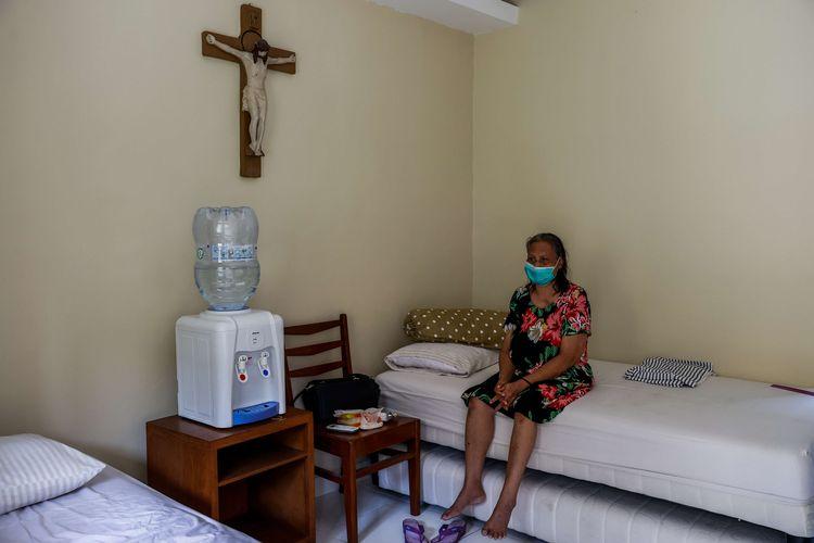 Pasien Covid-19 berada di dalam kamar untuk isolasi mandiri di Pusat Pastoral KAJ Samadi di Klender, Jakarta Timur, Kamis (5/8/2021). Saat masa kenaikan kasus Covid-19, Pusat Pastoral KAJ Samadi memutuskan untuk mengubah tempatnya menjadi ruang isolasi untuk merawat pasien Covid-19. Keputusan ini dibuat di tengah banyak rumah sakit di kawasan ibu kota yang kewalahan akibat terus bertambahnya jumlah pasien Covid-19.