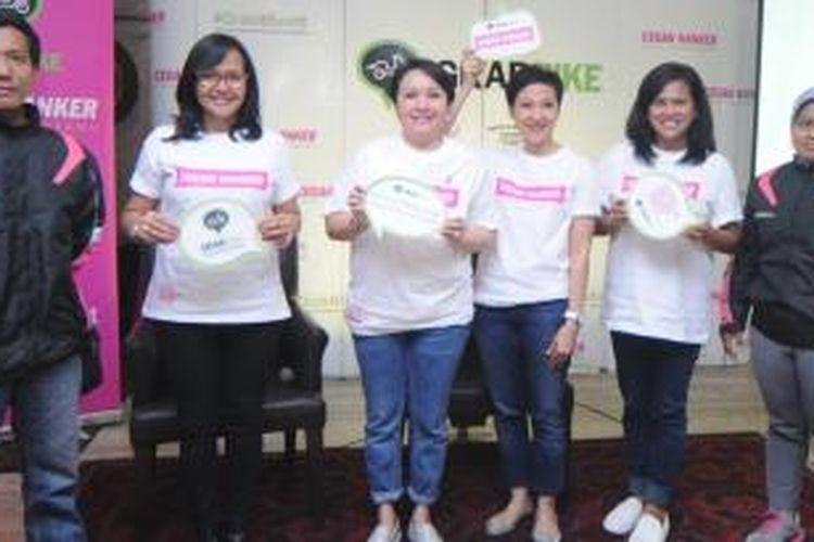 Samantha Barbara, Ketua LOVEPINK dan Kiki Rizki, Country Head of Marketing GrabTaxi Indonesia (kedua dari kanan) bersama founder dan pengurus LOVEPINK yang diapit oleh dua pengendara GrabBike saat acara peluncuran kampanye #GrabItBeatIt.
