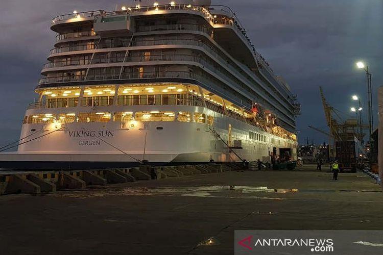 Petugas pelabuhan memasukkan logistik ke Kapal Pesiar Vikjng Sun di Pelabuhan Tanjung Emas Semarang, Kamis.