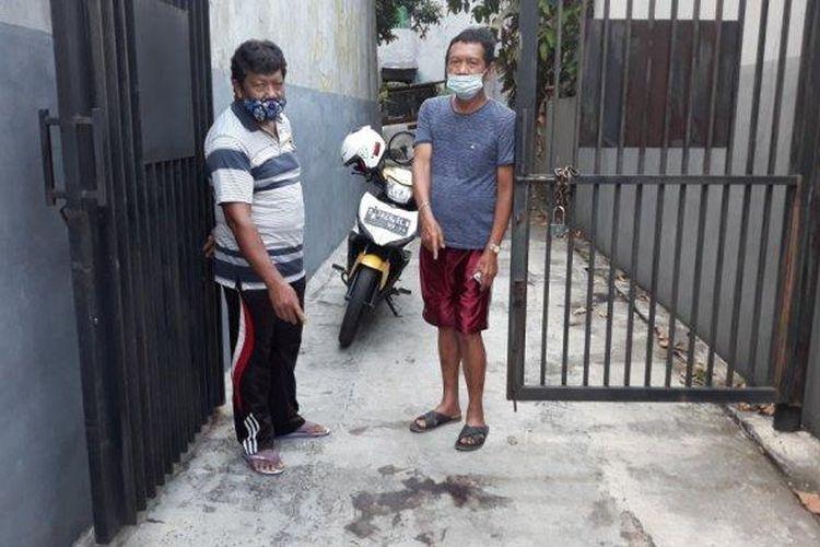 Saksi mata kejadian, Zul Zetri dan Demin Sitinjak saat menunjukkan ceceran darah Anah yang jadi korban penembakan di Ciracas, Jakarta Timur, Jumat (26/3/2021).