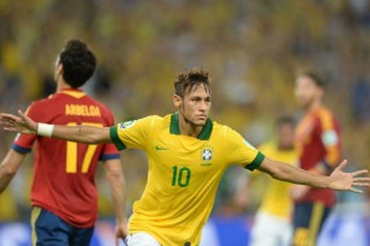 Striker Brasil, Neymar, merayakan gol yang dicetaknya ke gawang Spanyol di final Piala Konfederasi, Minggu (30/6/2013), di Stadion Maracana, Rio de Janeiro.