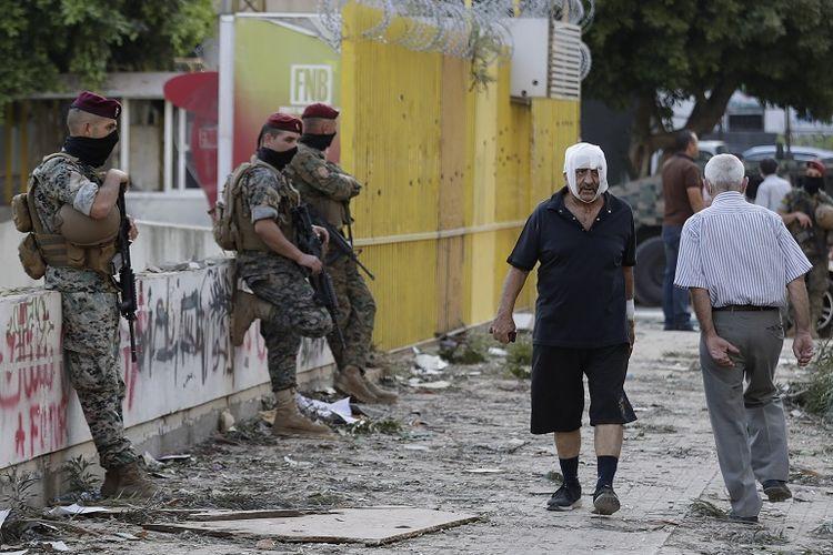 Seorang pria dengan balutan perban tampak berjalan di jalan setelah ledakan besar terjadi di Beirut, Lebanon. Rabu, 5 Agustus 2020.