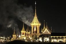 Asap Membumbung di Kompleks Perabuan Jenazah Raja Bhumibol