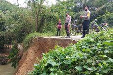 Jembatan Penghubung 3 Kabupaten di Kalbar Ambles