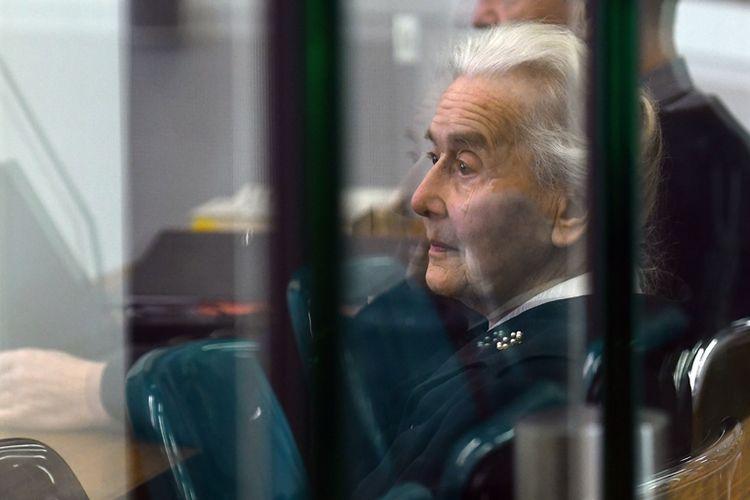 Foto yang diambil pada 16 Oktober 2017, saat terdakwa Ursula Haverbeck menunggu persidangan di pengadilan di Berlin. Polisi telah menahan terdakwa yang tidak menyerahkan diri setelah divonis bersalah dan dihukum dua tahun penjara.