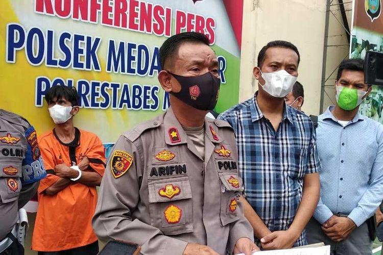 Kapolsek Medan Timur, Kompol M. Arifin memaparkan pengungkapan kasus pencurian di kamar isolasi pasien Covid-19 di RSUD Dr. Pirngadi Medan. Pelaku nekat masuk karena terdesak uang sewa rumah yang jatuh tenggat.