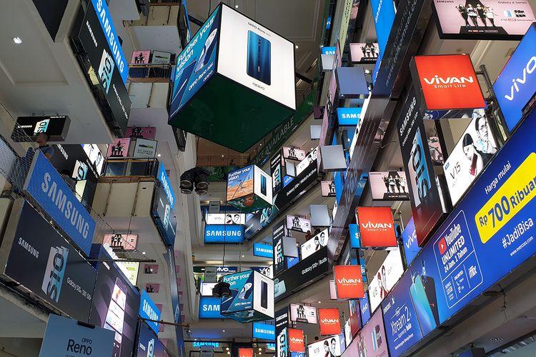 Reklame promosi dari aneka merek ponsel dan gawai memadati ruang atrium di pusat perbelanjaan ITC Roxy Mas, Jakarta.