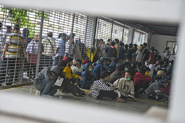 Sejumlah pengunjuk rasa yang menolak UU Cipta Kerja berada di Gedung Parkir Barang Bukti Ranmor di Polda Metro Jaya, Jakarta, Jumat (9/10/2020). Mereka diamankan petugas Kepolisian karena diduga terlibat kericuhan saat unjuk rasa menolak UU Cipta Kerja pada Kamis (8/10).
