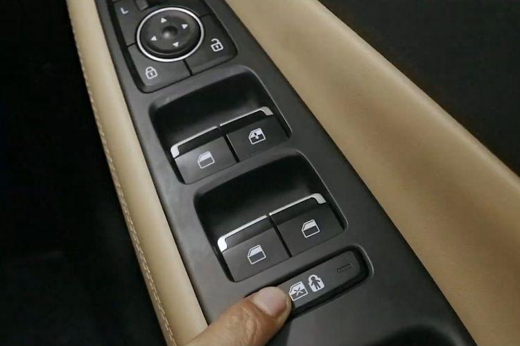 Ilustrasi Fitur Safe Exit Assist Hyundai New Santa Fe Menggunakan Perangkat Electronic Child Seat