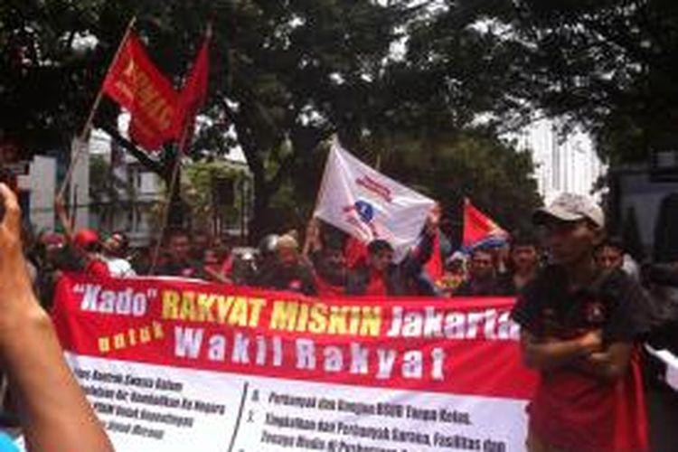 Massa dari Aliansi Parlemen Jalanan (APJ) DKI Jakarta melakukan unjuk rasa di depan Gedung DPRD, Senin (25/8/2014).