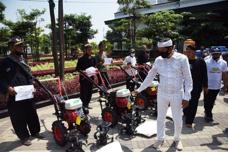 Wakil Ketua Komisi IV DPR RI Dedi Mulyadi saat menyerahkan bantuan alat pertanian dari Kementerian Pertanian di halaman depan Tajug Cilodong, Purwakarta, Jawa Barat, Rabu (19/8/2020).