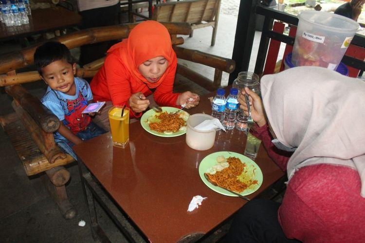 Pengunjung menikmati mi engkot sure di Cik Gu, Horas Kafe, di Sare, Kabupaten Aceh Besar