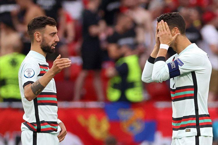 Bruno Fernandes (kiri) dan Critiano Ronaldo (kanan) pada laga pembuka Grup F Euro 2020 Hongaria vs Portuga di Stadion Puskas Arena, Selasa (15/6/2021) malam WIB.