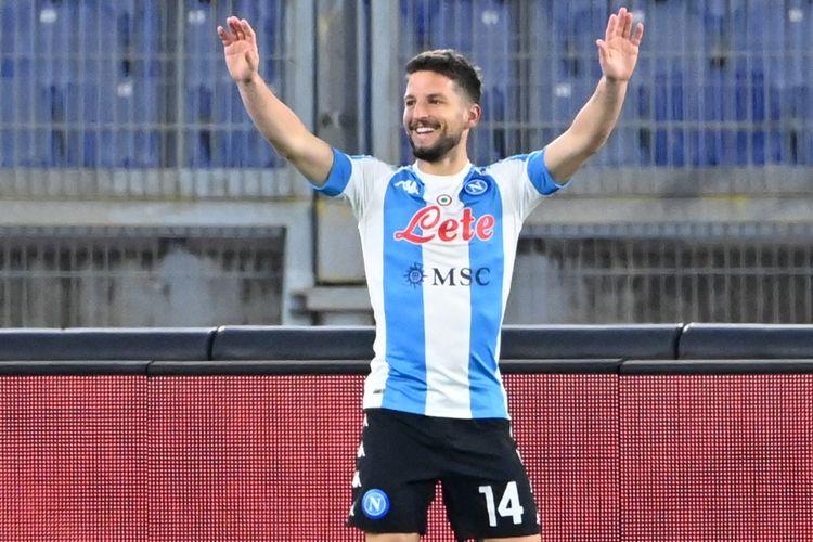 Penyerang Napoli, Dries Mertens, melakukan selebrasi usai mencetak gol ke gawang AS Roma dalam laga Liga Italia di Stadion Olimpico, 21 Maret 2021.