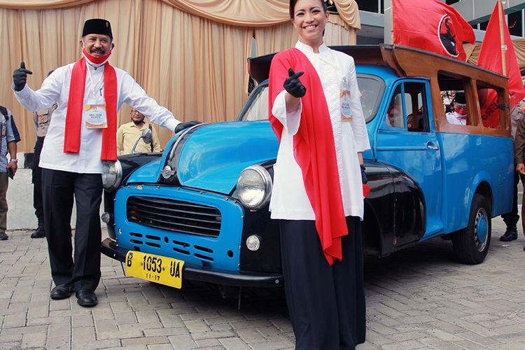 Pasangan bakal calon Wali Kota dan Wakil Wali Kota Tangerang Selatan, Muhamad (kiri) dan Rahayu Saraswati (kanan) berfoto bersama usai menyerahkan berkas pendaftaran ke Komisi Pemilihan Umum (KPU) Tangerang Selatan di Setu, Tangerang Selatan, Banten, Jumat (4/9/2020). Pasangan Muhamad dan Rahayu Saraswati yang diusung PDI Perjuangan, Partai Gerindra, PSI, PAN dan Partai Hanura resmi mendaftarkan diri sebagai kontestan pada Pemilihan Kepala Daerah (Pilkada) Kota Tangerang Selatan tahun 2020.