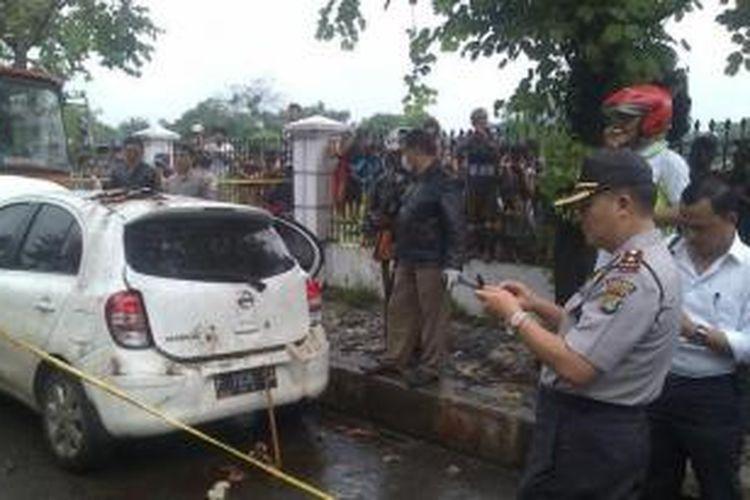 Sesosok mayat ditemukan di bagasi Nissan March depan TPU Pondok Kelapa, Jalan Raya Pondok Kopi Ujung, Pondokkopi, Durensawit, Jakarta Timur, Selasa (28/1/2014) pagi.