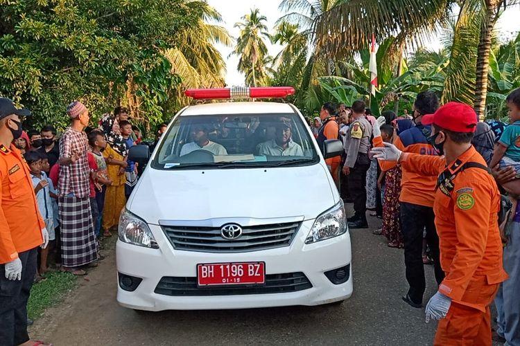 Jenazah Farel saat diantar ambulan dari Desa Sungai Baung ke rumah duka di Desa Pasar Terusan yang disambut puluhan warga