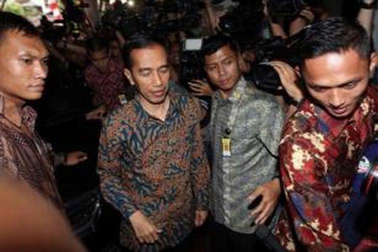 Presiden terpilih Joko Widodo tiba di Rumah Transisi Jokowi-JK, Jakarta, untuk memberikan keterangan pada wartawan terkait porsi Kabinetnya, Senin (15/9/2014). Rencananya Kabinet Jokowi-JK akan diperkuat 34 kementerian yang terdiri dari 18 orang profesional dan 16 orang dari partai politik.