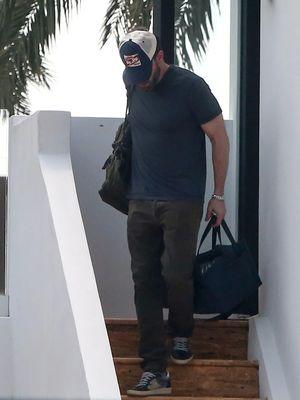 Ben Affleck saat meninggalkan kediaman kekasihnya, Jennifer Lopez di Miami, Amerika Serikat.