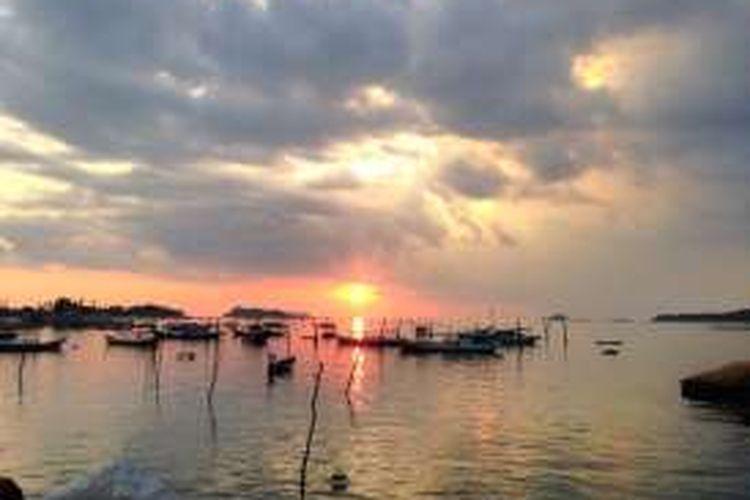 Panorama mentari menyingsing di pantai Tanjung Kelayang, Kabupaten Belitung.