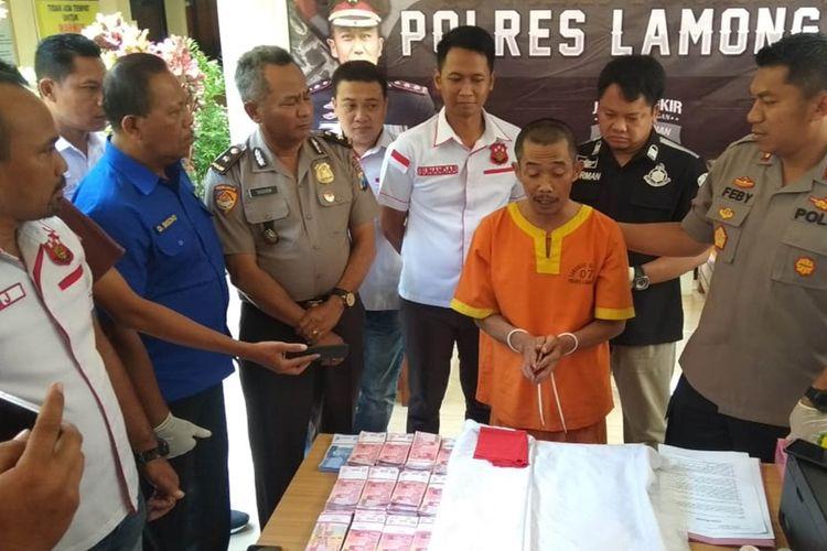 Heri (tengah) saat dihadirkan dalam rilis pengungkapan kasus di Mapolres Lamongan, Kamis (10/10/2019).