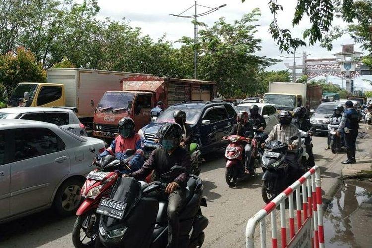 Kemacetan di pintu masuk Kota Banjarmasin masih terlihat pada pemberlakuan PSBB hari ke 4, Senin (27/4/2020).