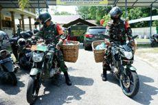 Keliling Bawa Nasi Bungkus, Prajurit TNI Sasar Warga Terdampak PPKM di Pekanbaru
