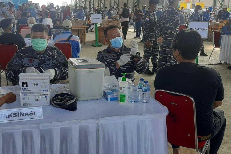 Personil TNI AL melakukan vaksinasi kepada masyarakat di pesisir Kabupaten Serang, Banten