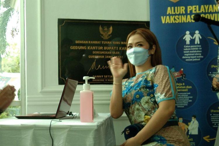 Vega Darwanti saat vaksinasi Covid-19 di Gedung Singaperbangsa, Komplek Kantor Pemkab Karawang, Jumat (29/1/2021).