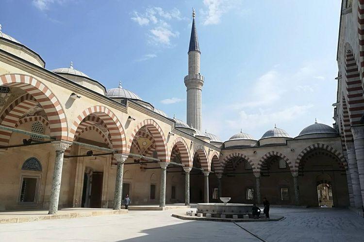 Eksterior Masjid Eski Cami, Turki. Arsitektural vernakular abad 13 mendominasi bangunan masjid.